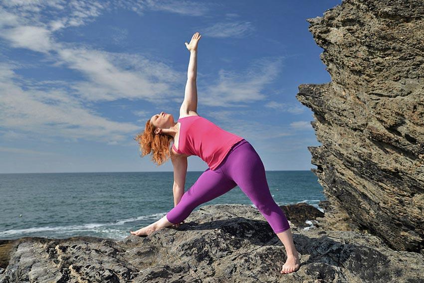 formation yoga initiale intensive - devenir professeur de yoga - posture de yoga bord de mer-celine-miconnet