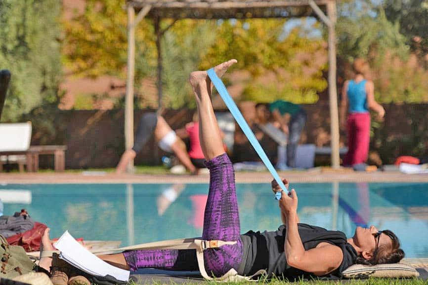 formation yoga initiale intensive - posture de au bord de la piscine yoga