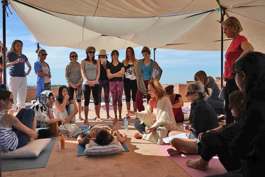 formation yoga initiale intensive sur terrasse au soleil vue sur atlas